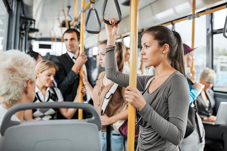 Vítima de assédio sexual em transporte público pode propor ação contra concessionária